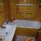 Badezimmer mit Wanne und WC
