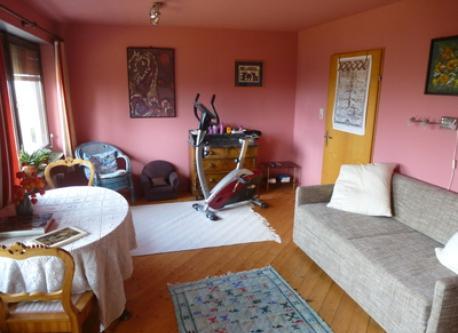 großes Gästezimmer mit Doppelbettsofa und Heimtrainer