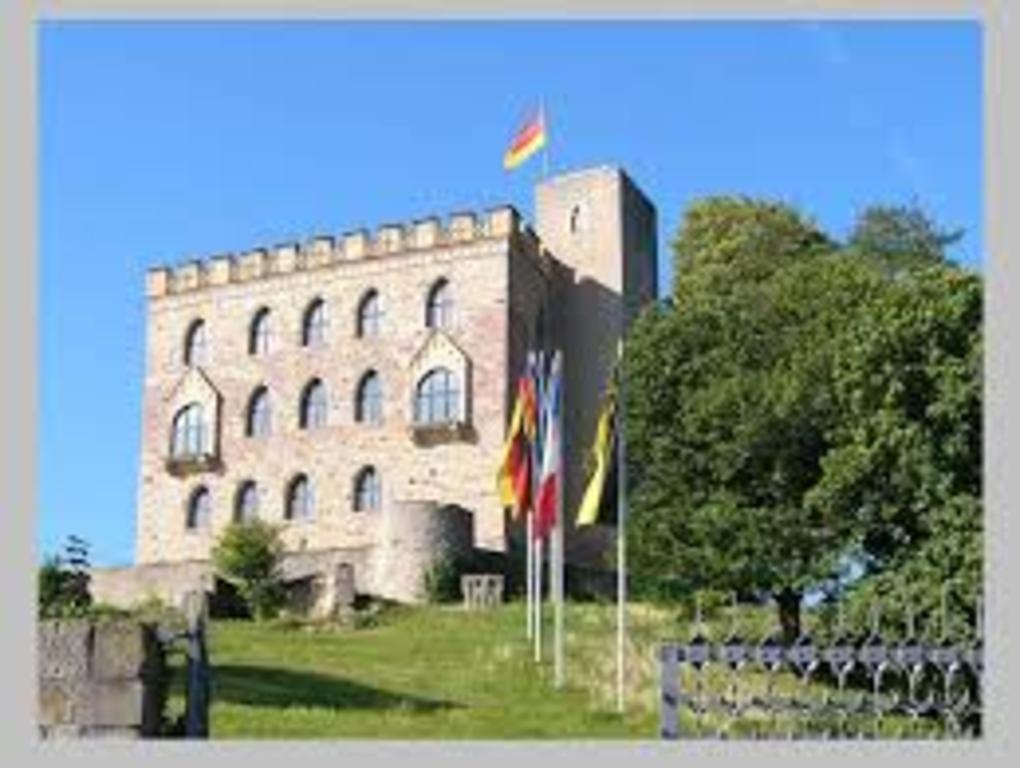 25 min. Hambacher Schloss