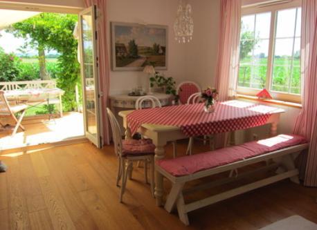 Diningroom with cosy patio