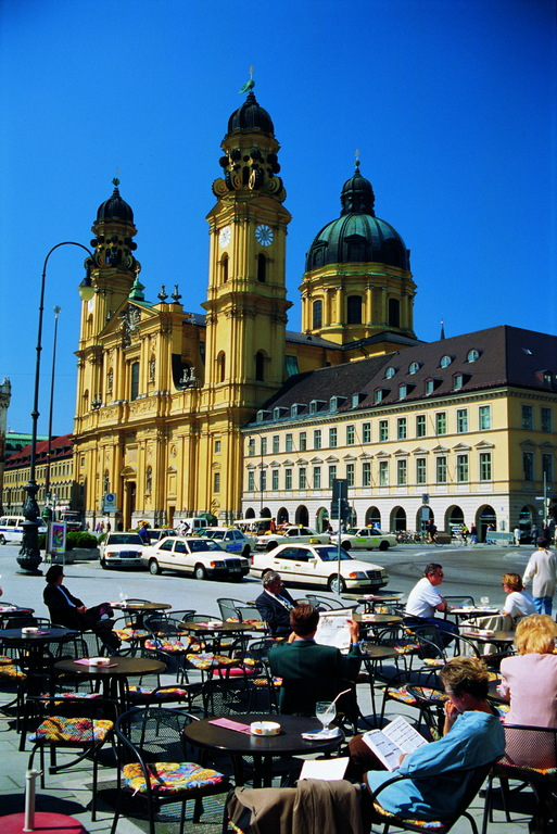 In Munich: café terrace in front of the Theatinerkirche church. (c) BAYERN TOURISMUS Marketing GmbH