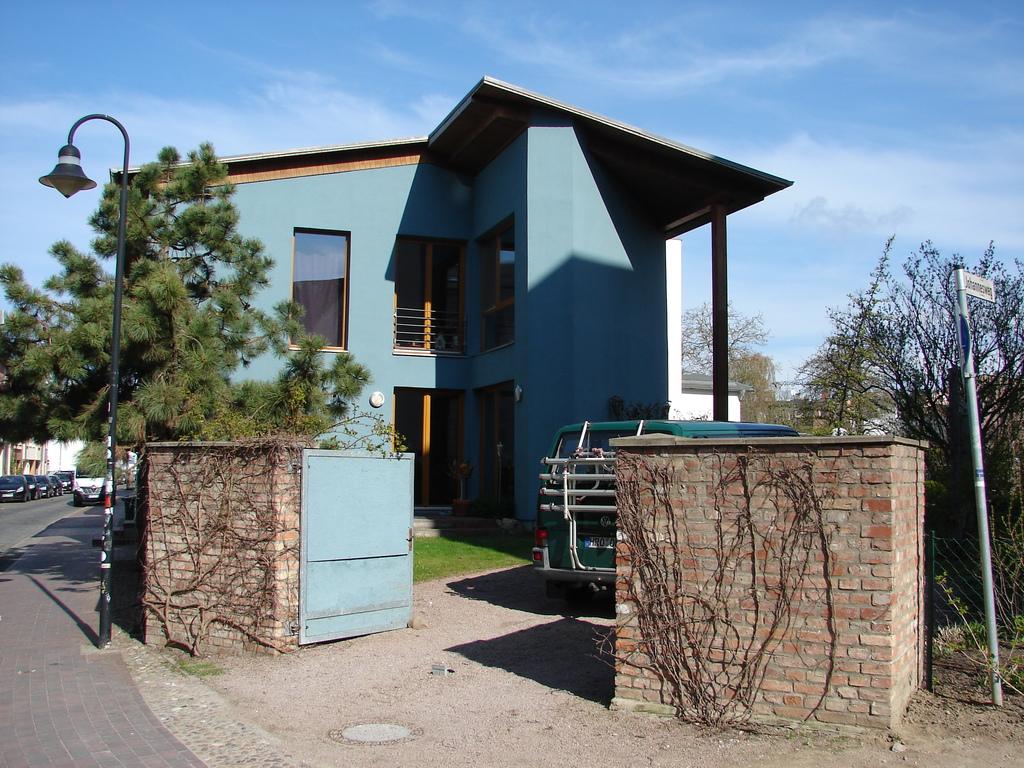 Unser Haus von der Straße aus betrachtet mit der Zufahrt zum Hof/ our home - a view from the street