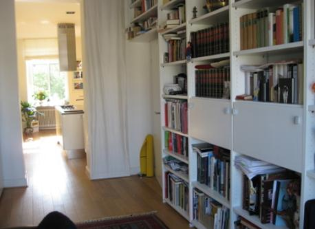 Büro with the balcony, view into the kitchen