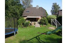Haupthaus mit großer Terrasse und Garten mit Riesen-Trampolin / main house with large terrace and garden with giant trampoline