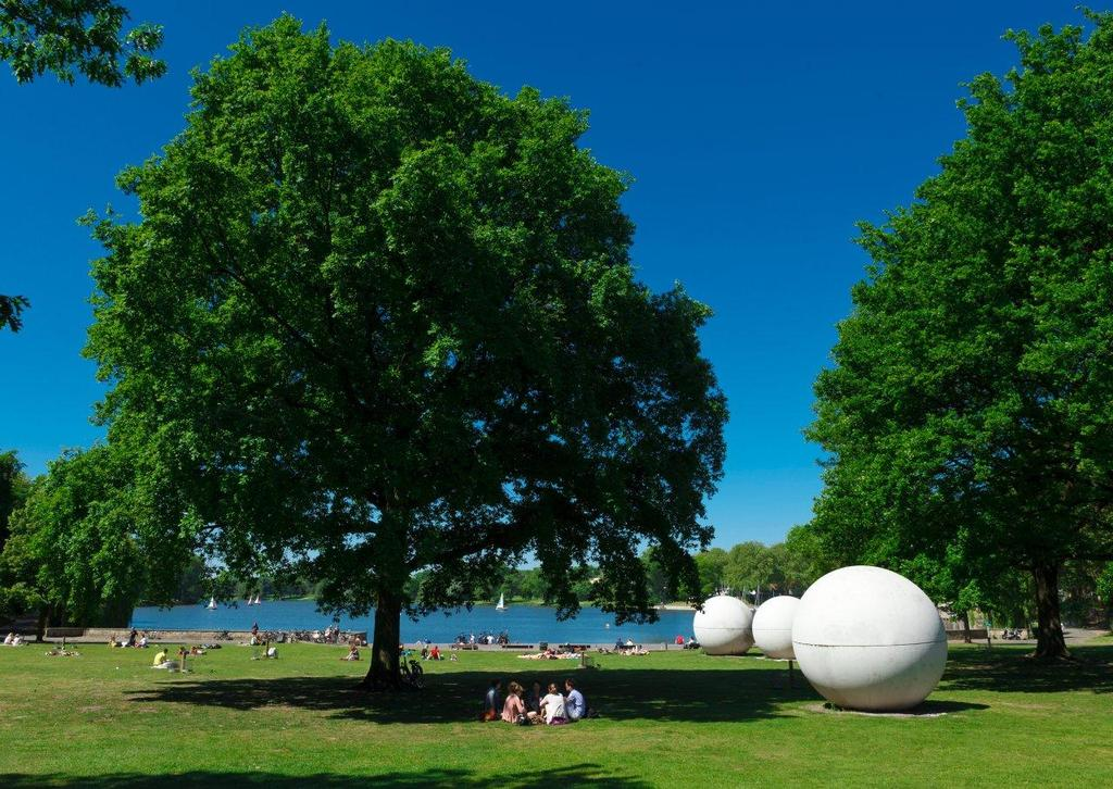 "lake ""Aasee"" with ""Giant Pool Balls"" in the city center  Foto: Presseamt Münster / MünsterView"