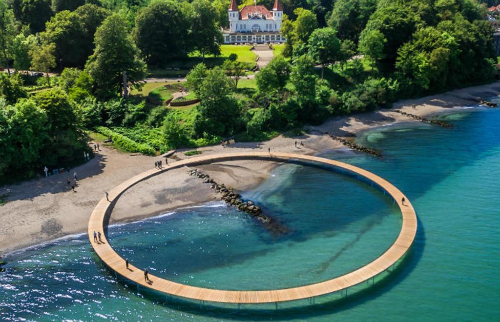 Le pont éternelle au bord de la mer