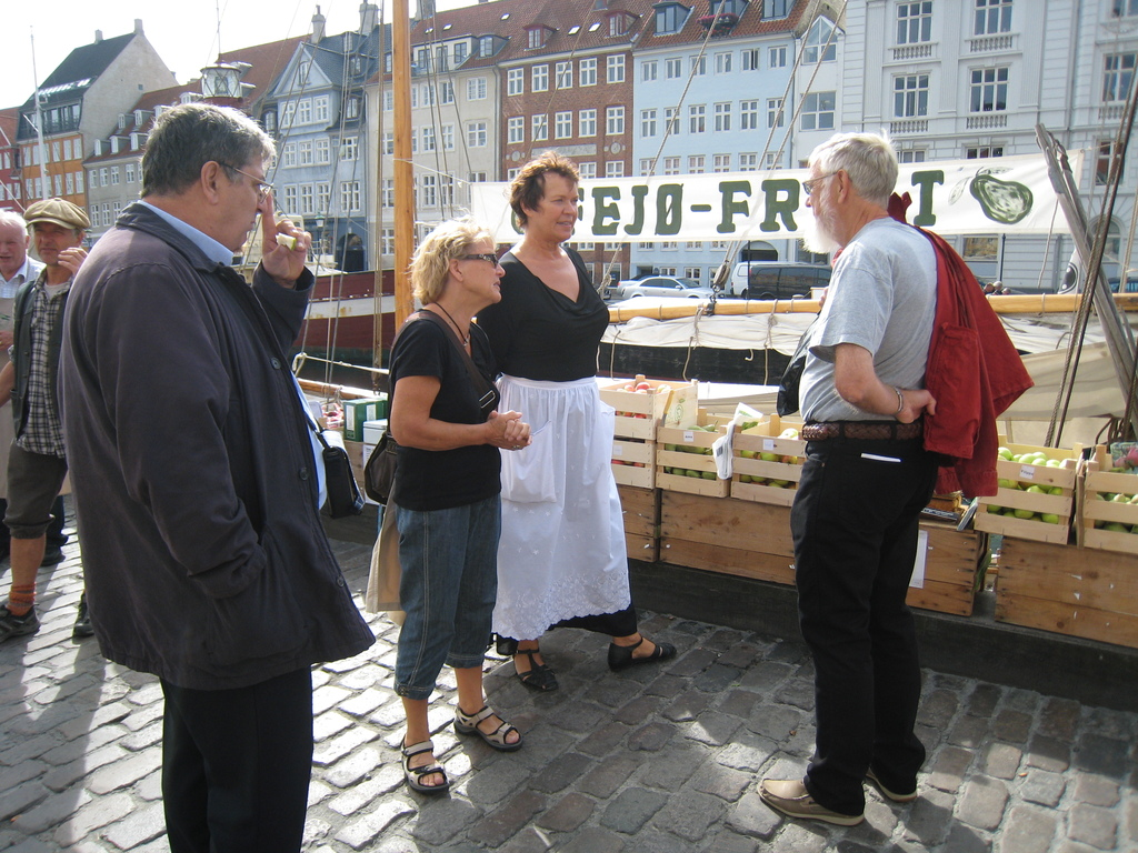 S07. Bodil and Leif buying apples in Nyhavn