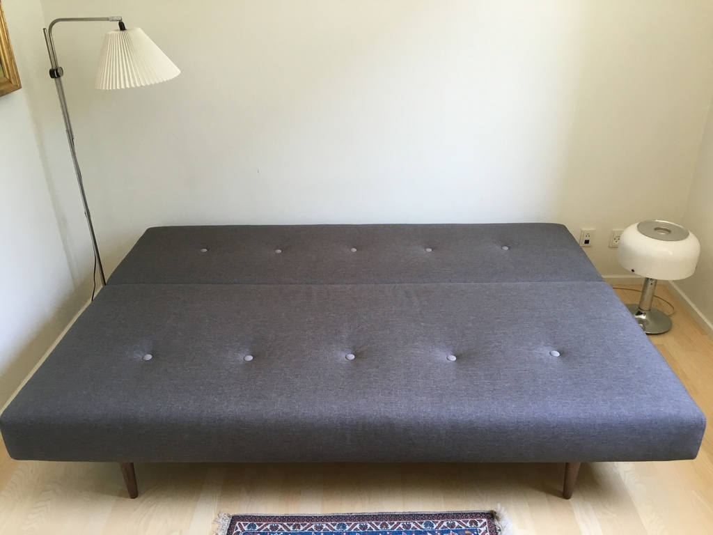 The sleeping couch in the guest room is 200 x 140 cm