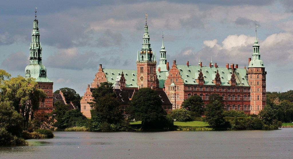 Frederiksborg Slot (a bikeride away) - Garden is open with free entrance for the public.