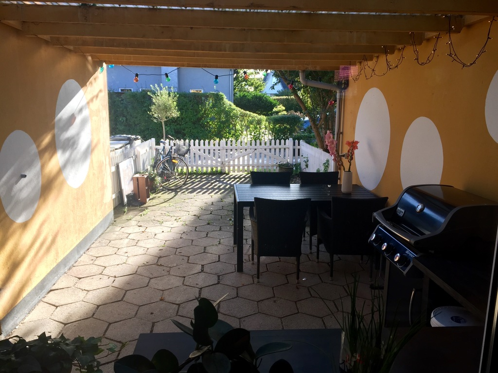 Entrance / Outside dinning table and barbecue