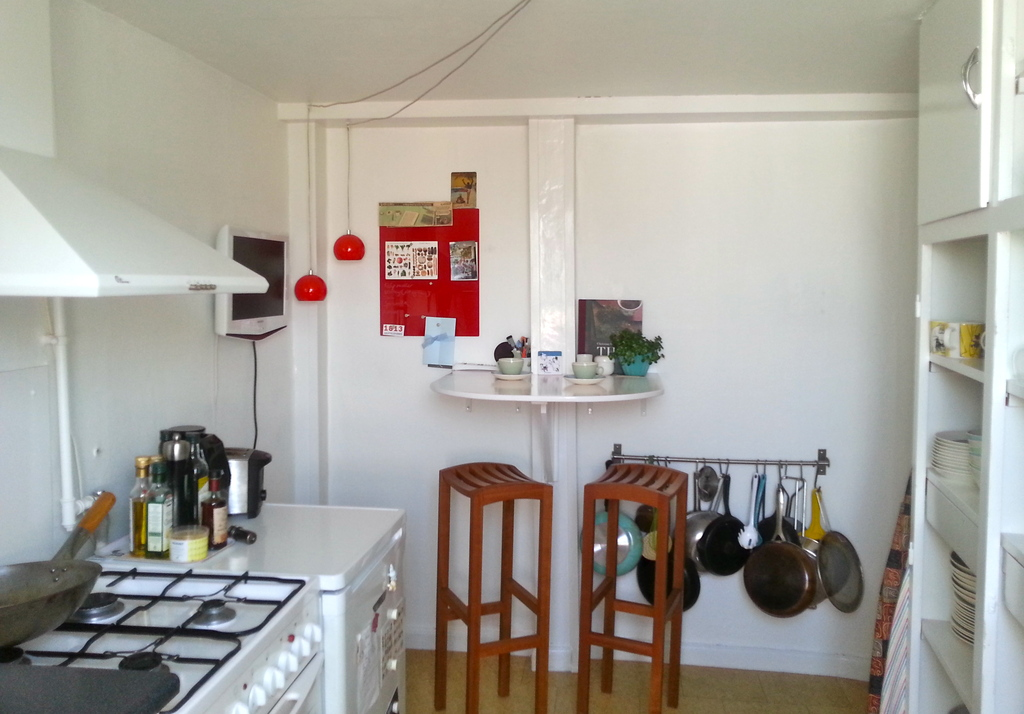 At the small bar in the kitchen you can enjoy a glass of wine or have breakfast.