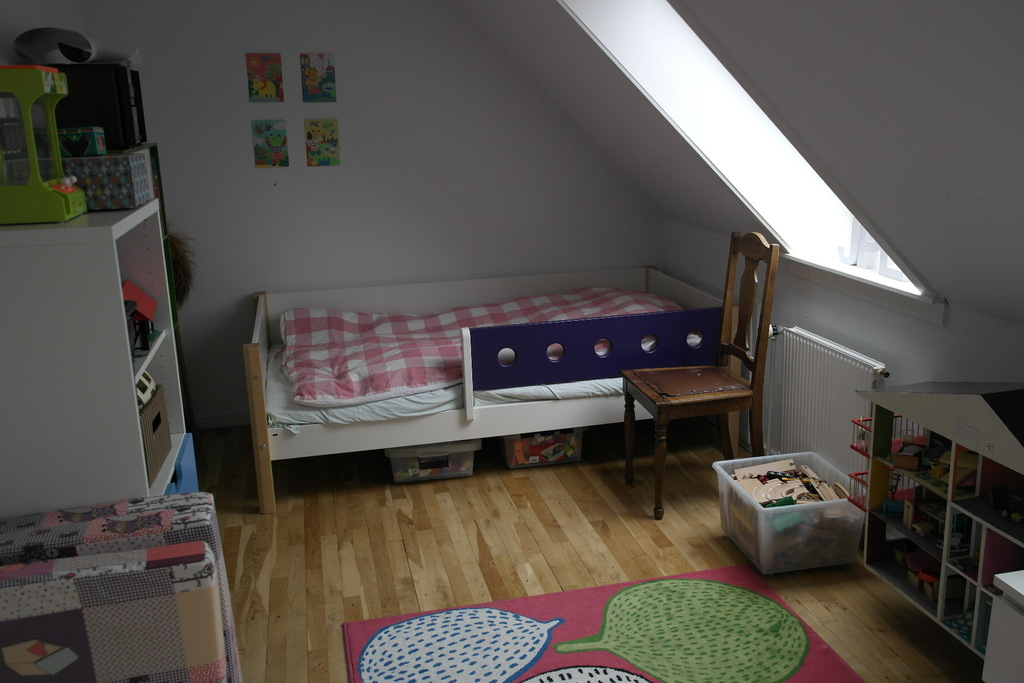 Childrens room. 1 single bed and a child bed.