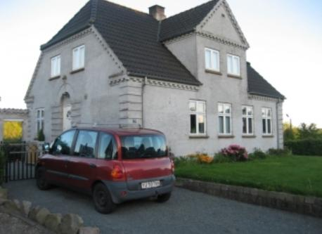 Old pic of the house, dont have the car anymore :)
