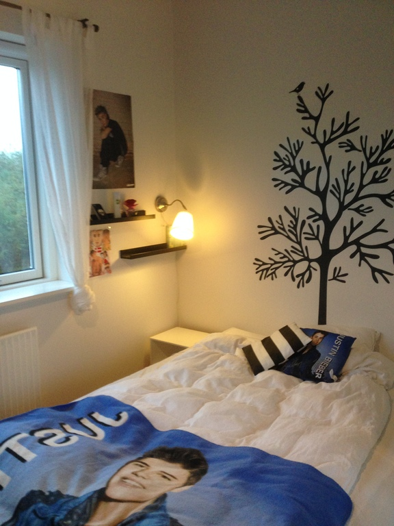 Frederikke's room - just redecorated in October. Only one new picture so far, more following ...