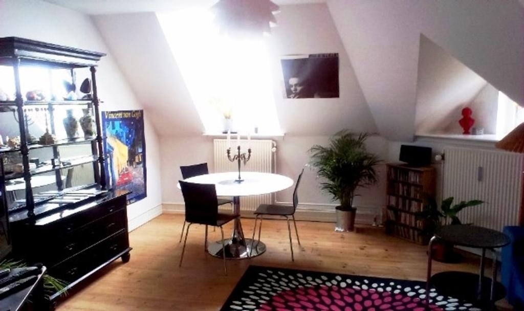 Wohnzimmer mit Aussicht über die Dächer