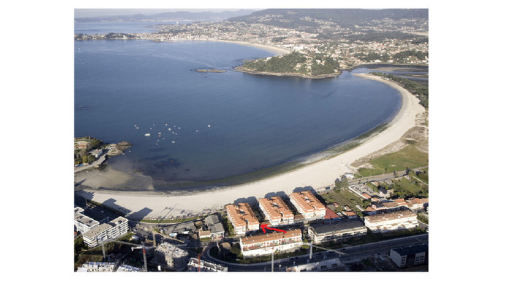 LADEIRA BEACH en Baiona. Our floor is marked with a red arrow.  Pointed to the floor.