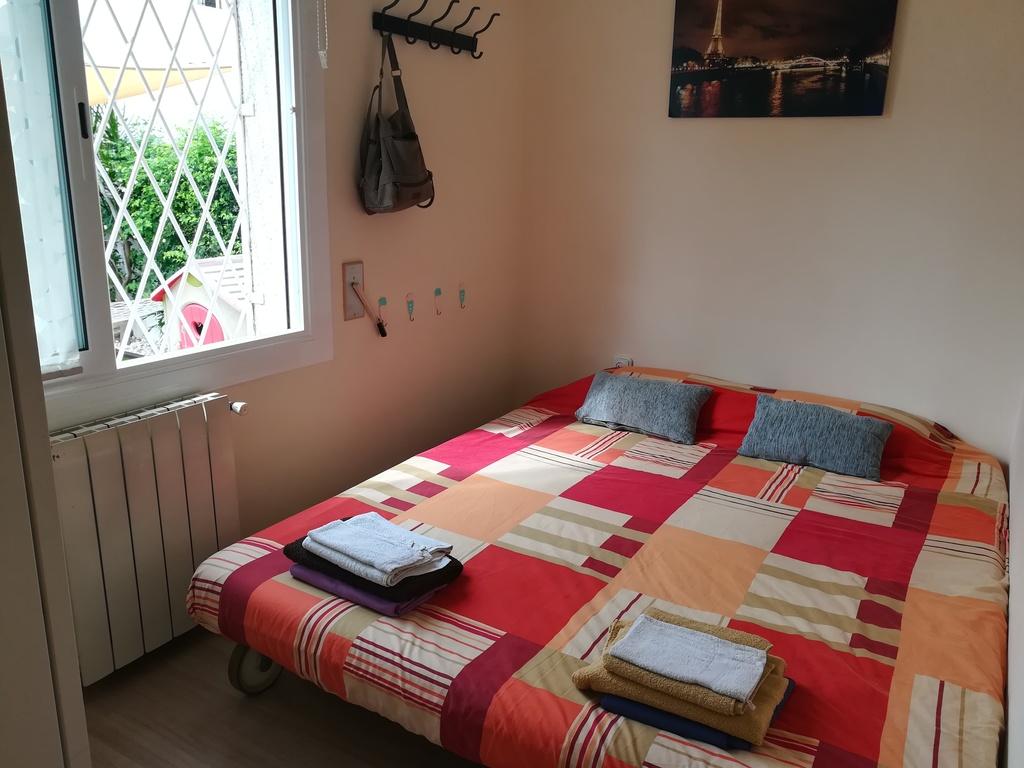 Room with bed-sofa for two persons (Downstairs)/ Habitación con sofá cama de 160cm de ancho, en planta baja