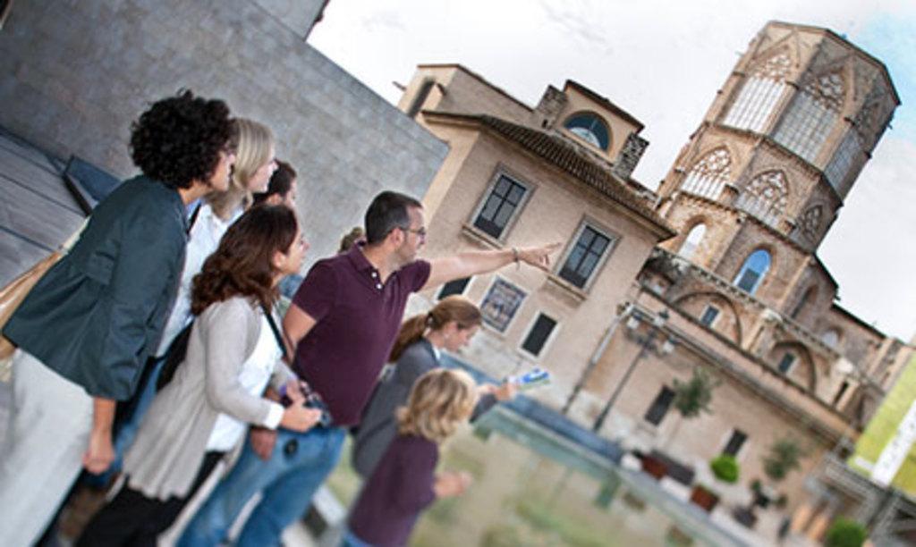 More info. E.g.:  De paseo por Valencia  http://lomejordevalencia.com/que-hacer/tours-y-excursiones/tours-en-la-ciudad
