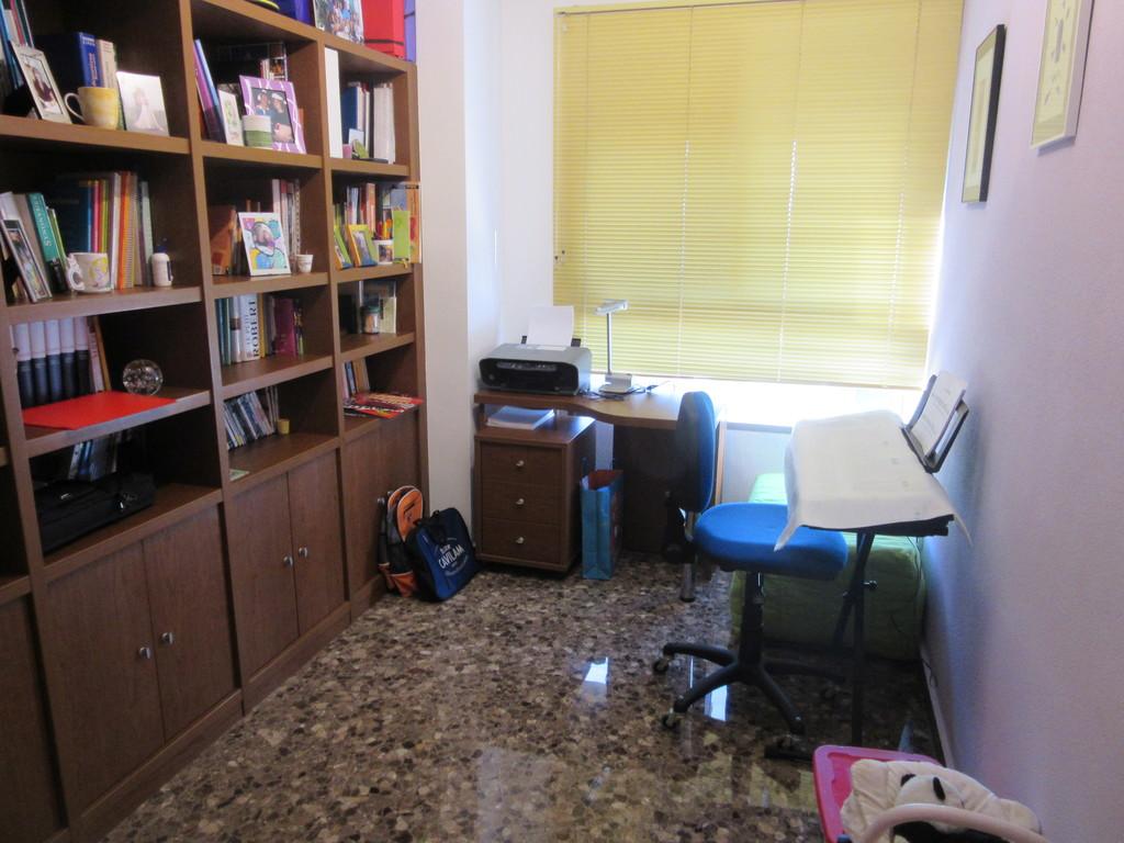 Le bureau avec un lit pliant
