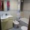Une salle de bain bleue dans la chambre principale