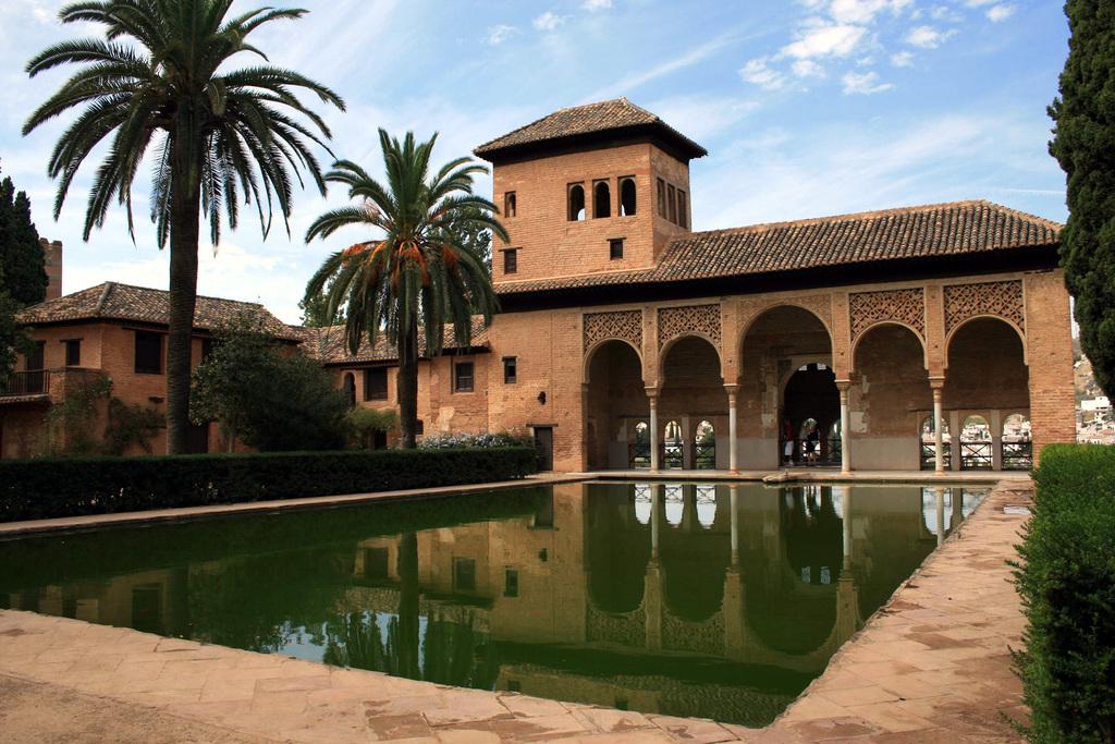 A una hora en coche la famosa Alhambra en Granada visita obligada