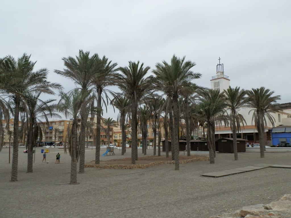 Playa central o centro del Pueblo con la iglesia al fondo