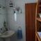 cuarto de baño de arriba: lavabo, vidé, bañera y water