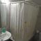 cuarto de baño de la planta baja: ducha, lavabo y water