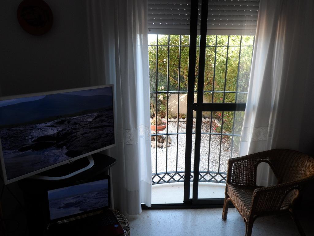 ventana del salón al patio delantero