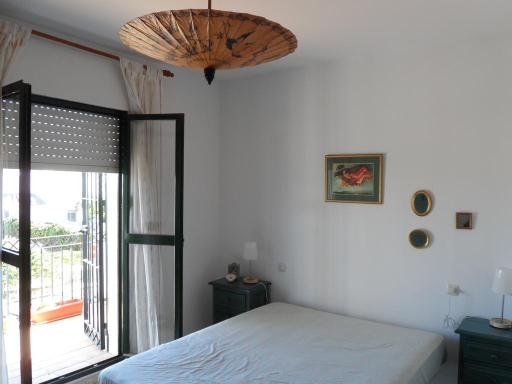 dormitorio principal con balcón que da a la entrada