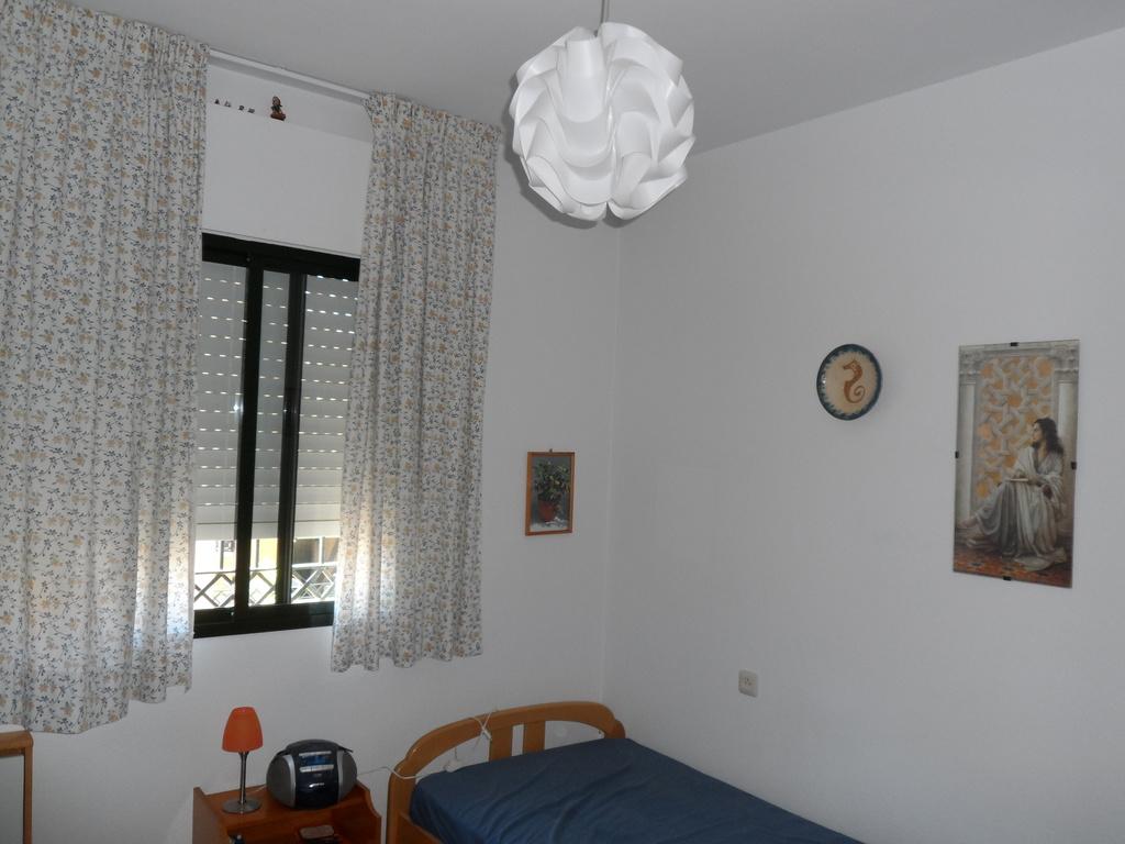 dormitorio con ventana al patio trasero