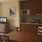 espacioso salón cocina. Tenemos pequeñó frigorífico, microondas y cocina equipada. 2  amplios sofas