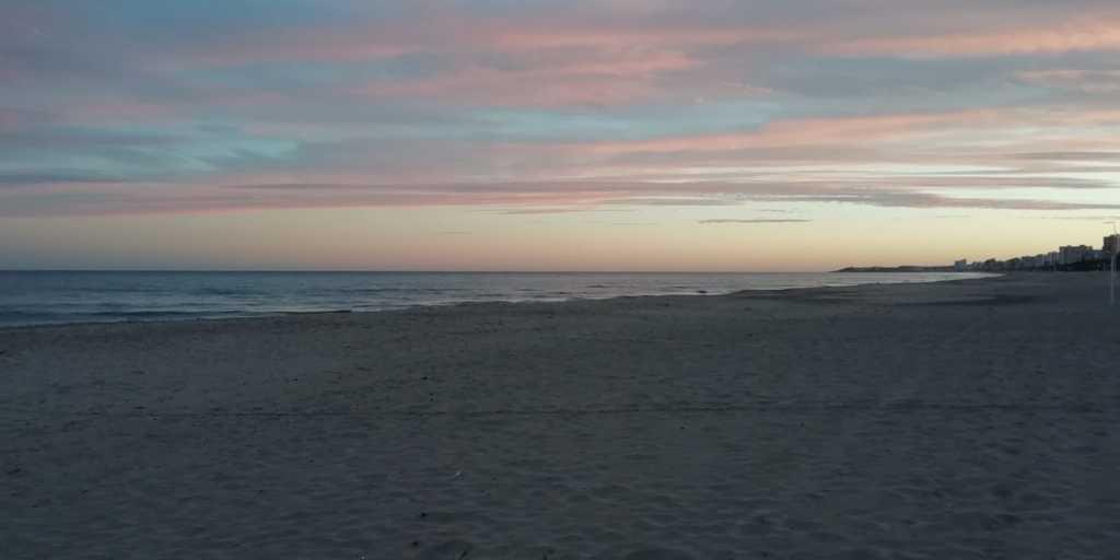 Atardecer en la Playa San Juan. Al fondo el Cabo de las Huertas.