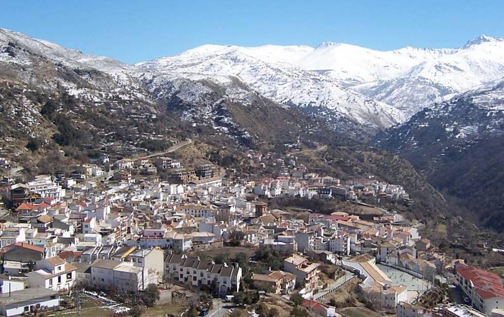 Panorámica de Güéjar Sierra desde el Barrio Alto. Valle del Genil. Sierra Nevada al fondo
