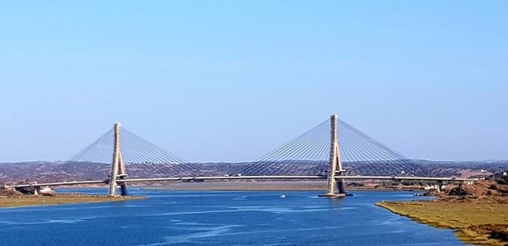 Puente sobre el Río Guadiana que une España y Portugal