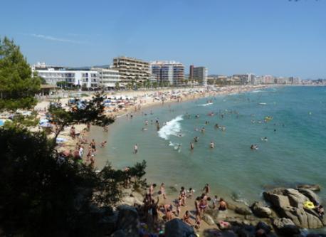 Vista general de la playa cercana.