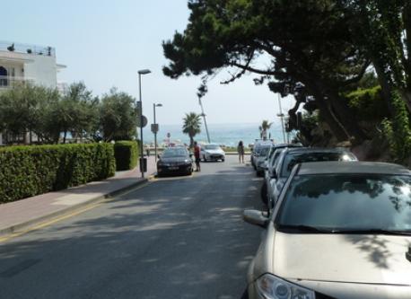 Muy cerca de la playa.
