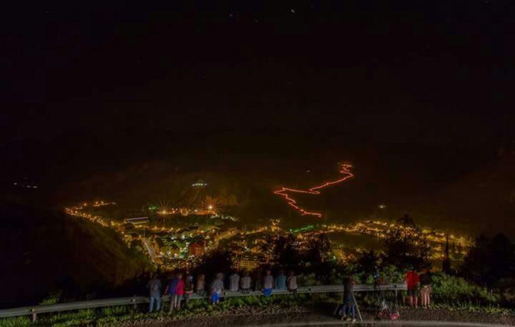 """""""Els fallaires"""" bajan por la montaña dibujando un camino de fuego, 23 de junio, solstici d'estiu."""