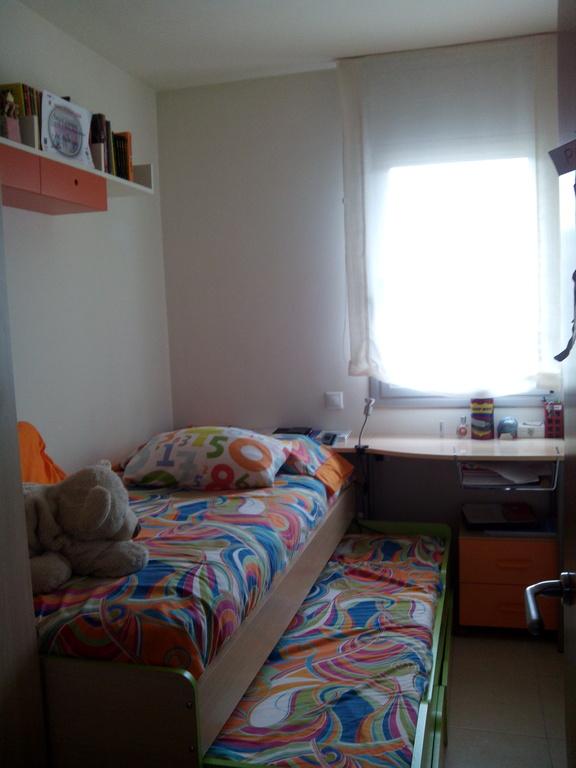 habitación con cama extraible