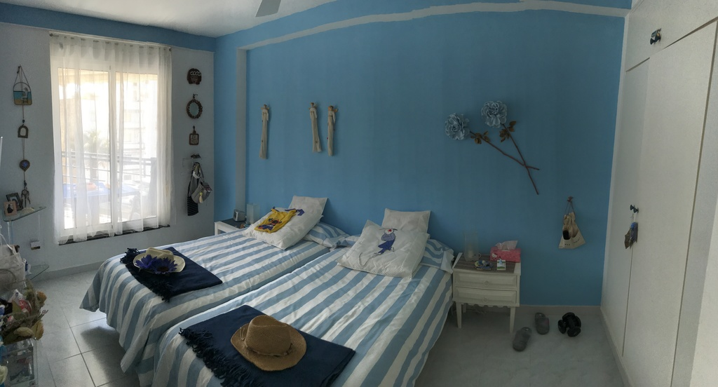 Dormitorio 1 orientado al Este con vista al jardín y al mar.