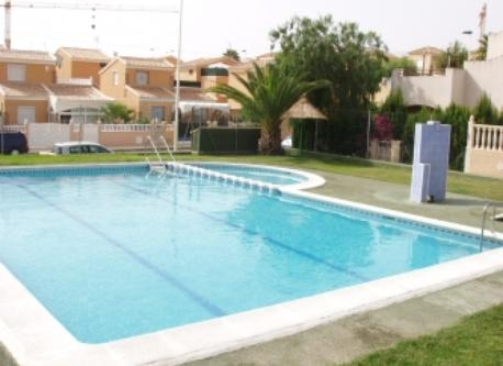 Una de las piscinas al lado de la casa