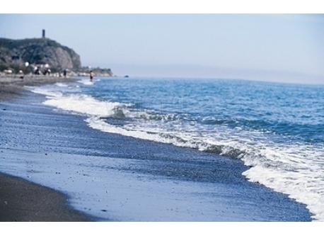 La playa de Torre del Mar, a sólo tres kms.