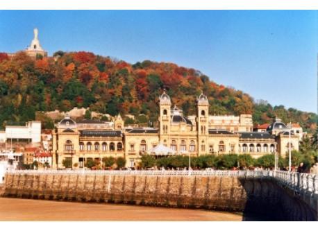 mount Urgull and the Town Hall/Monte Urgull y el ayuntamiento