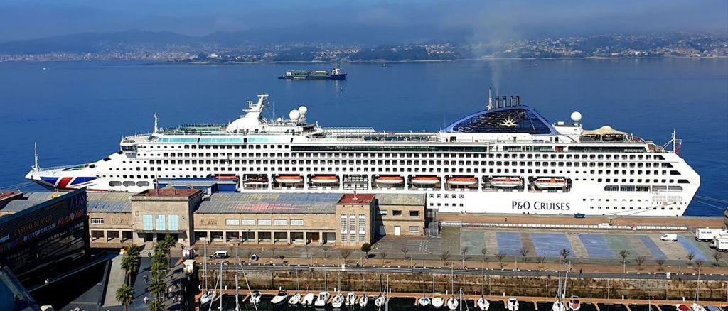 Estación marítima, a 10 min andando. De aquí salen los barcos para la ría