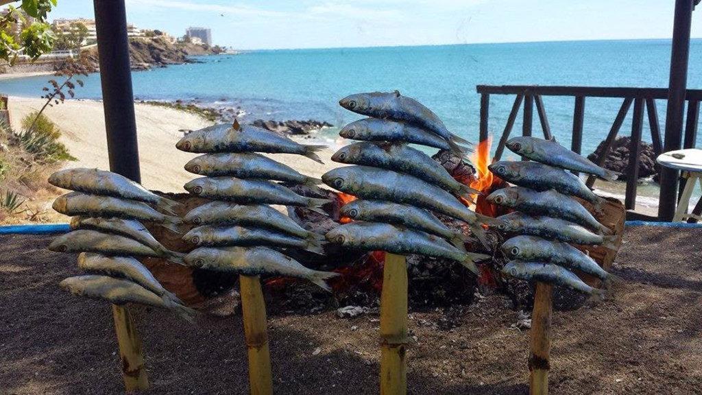 Espetos de sardinas en la playa