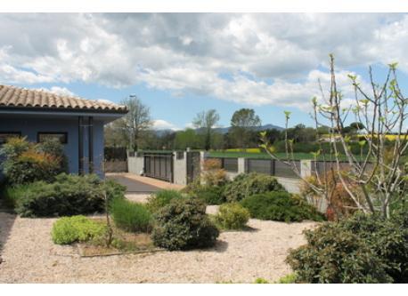 casa y jardin delantero/ home and front garden