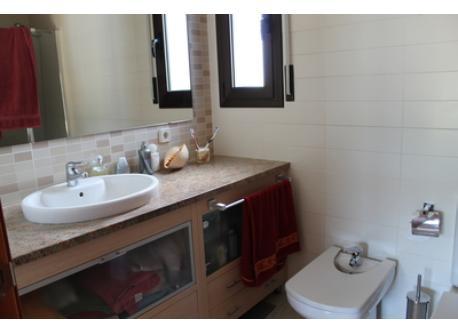 baño grande/ large bathroom