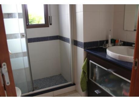 baño con ducha/ bathroom wiht a shower