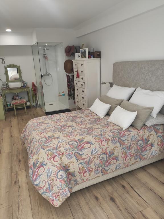 Habitación principal con tocador y ducha