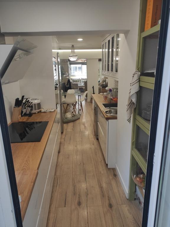Cocina y salón (conectados por puertas correderas de cristal)